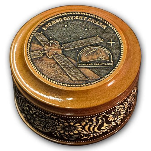 Шкатулка деревянная круглая с накладками из бересты Томск-Планетарий 70х46